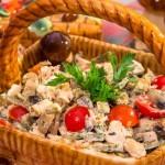 Салат із запеченим курячим філе, млинцями і грибами