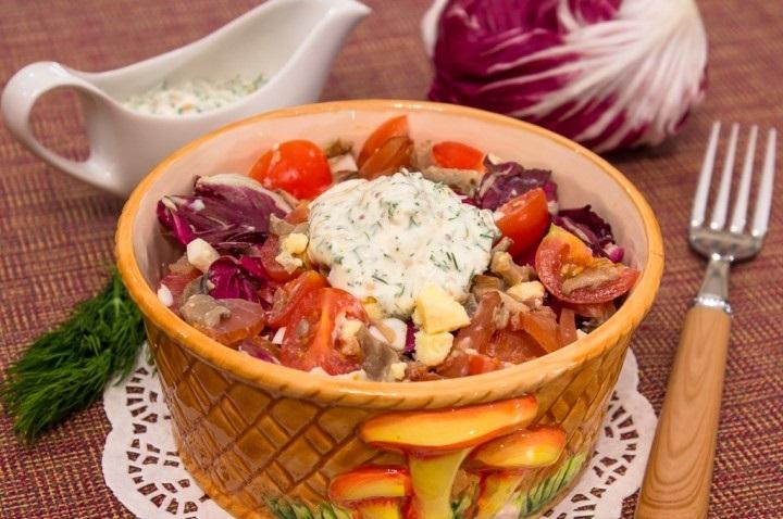 Салат с вешенками, карпаччо и черри