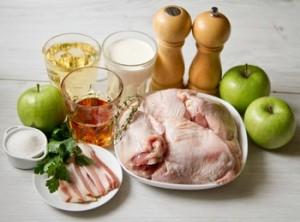 Курка в винно вершковому соусі з яблуками