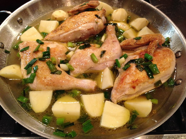 Курка з картоплею на сковороді