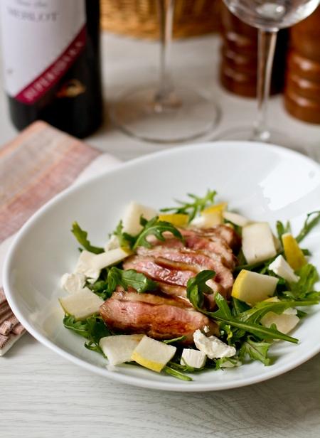Салат з руколи з качкою і грушею
