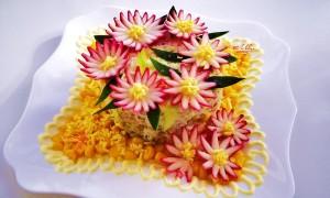 Секреты украшения новогодних салатов: декора много не бывает