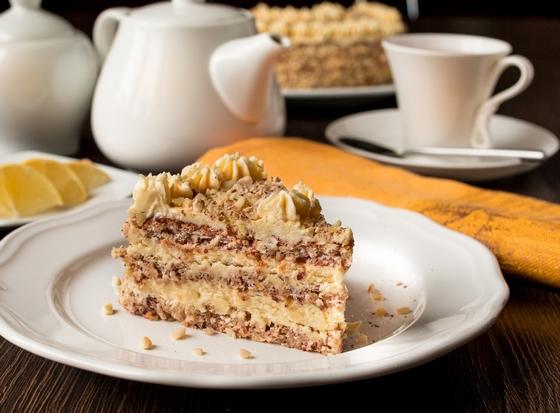 Горіховий торт з масляним кремом