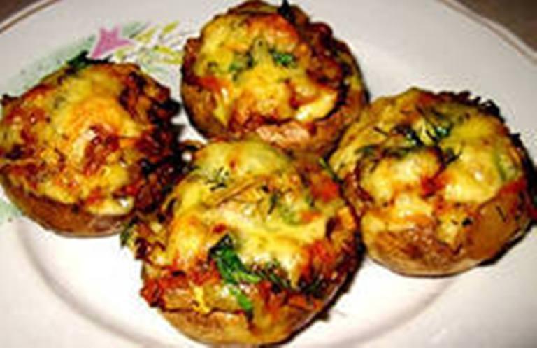 Фаршированные шампиньоны фаршем и сыром в духовке с фото