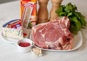 Стейк з яловичини з вершковим соусом із блакитного сиру