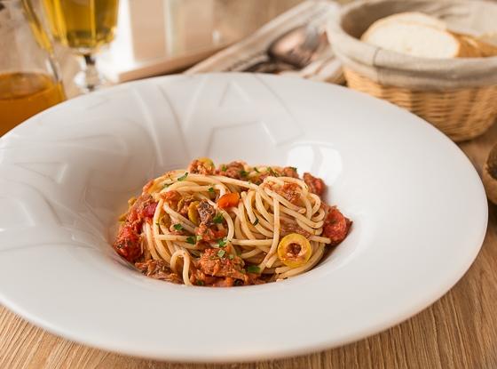 Спагетті з тунцем і каперсами
