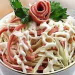 Салат з пекінської капусти з ковбасою