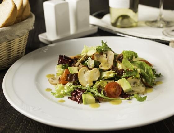 Салат з печерицями, авокадо і хрустким беконом