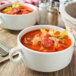 Томатний суп з сочевицею і ковбасками