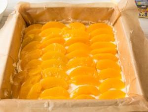 Персиковий пиріг перевертиш з сирним кремом