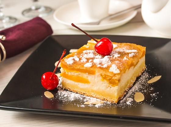 Персиковий пиріг-перевертиш з сирним кремом