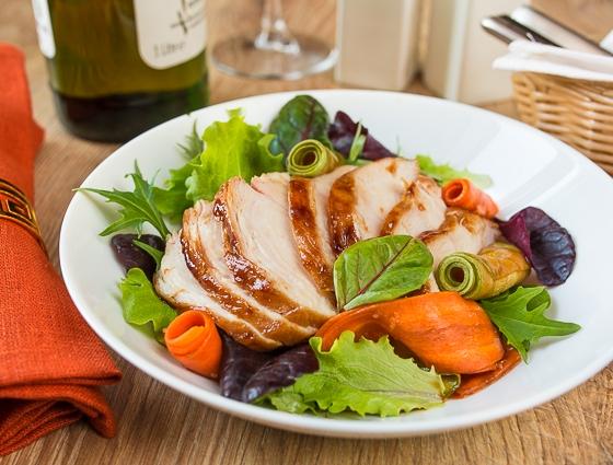 Салат з гострою куркою і маринованими овочами