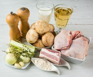 Курка, тушкована в білому вині з грибами