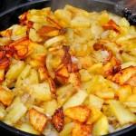 Вкусная жареная картошка с луком: 18 домашних рецептов