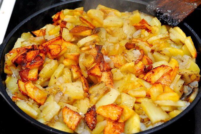 Смачна смажена картопля з цибулею: 18 домашніх рецептів