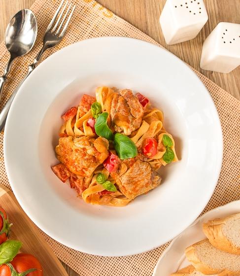 Паста з куркою і томатно-вершковим соусом