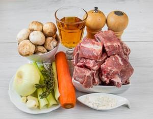 Тушковані свинячі реберця з овочами