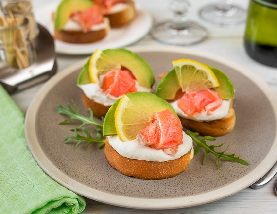 Міні-бутерброди з лососем і кремом з хрону