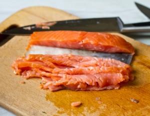Міні бутерброди з лососем і кремом з хрону