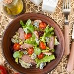 Салат з качки з припущеними помідорами чері