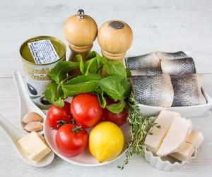 Запечена сибас з салатом в грецькому стилі