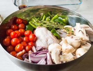 Курячі стегенця, запечені з овочами