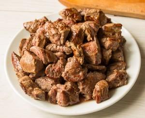 Рагу з яловичини в томаті з гострими ковбасками