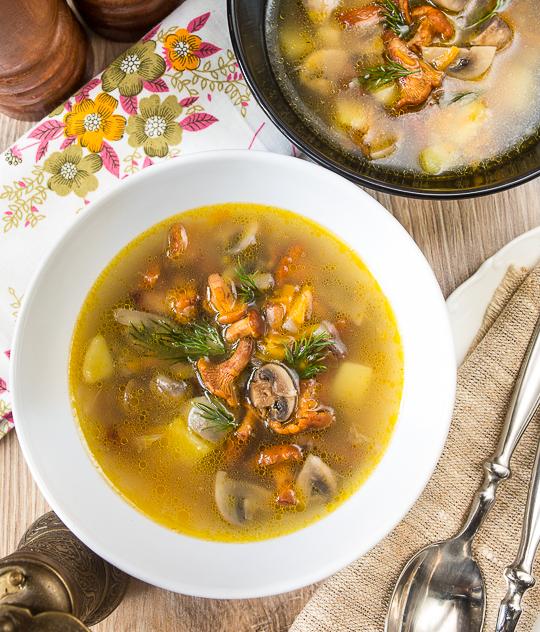Грибний суп з лисичками і печерицями