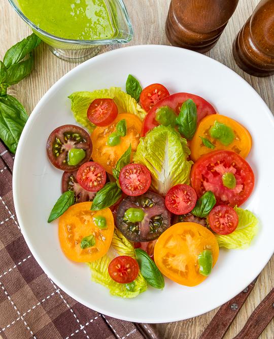 Літній томатний салат з базиліковою заправкою