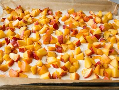 Сирний пиріг з персиками і меренгою