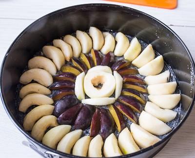 Осінній пиріг перевертиш з грушею і сливами