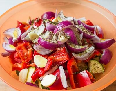 Ростбіф з перцем і печеними овочами