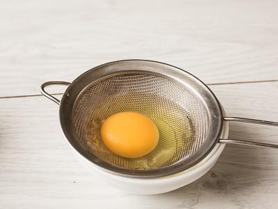 Яйця пашот з лососем і козячим сиром