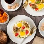 Яйця кокот з білими грибами і помідорами