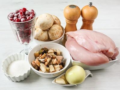 Куряча грудка з грибами і журавлинним соусом