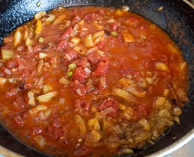 Гострий томатний суп з бараниною і рисом