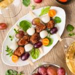 Канапе з гострої качки з моцарелою і виноградом