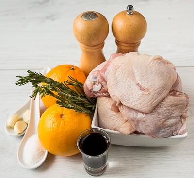 Курячі стегна, запечені з розмарином і апельсинами