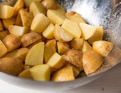 Запечена курка з картоплею і грибами