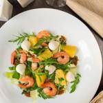 Салат з креветками, апельсином і горіховою заправкою
