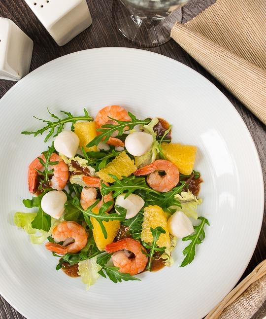 salat-s-krevetkami-i-orehovoi-zapravkoi