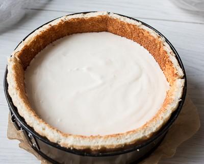 Йогуртовий торт з яблуками та карамеллю