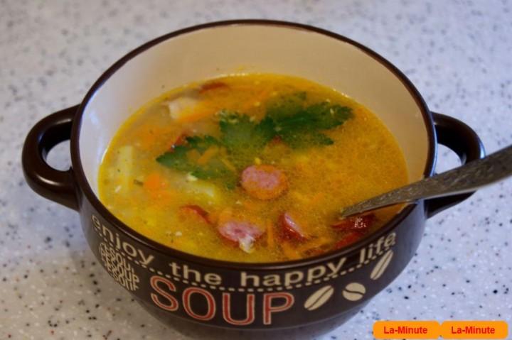 Гороховий суп з мисливськими ковбасками і сиром