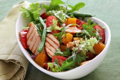 Салат з куркою, смаженим гарбузом і овочами