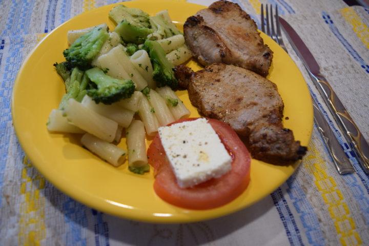 Стейк из свиной корейки с гарниром из пасты с брокколи