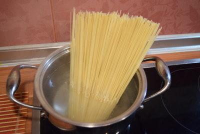 Спагетті с соусом из томатов и базилика
